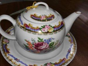 Teiera con piatto Limoges decorati a mano