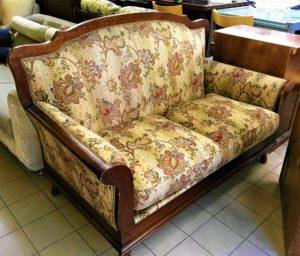 Vecchio divanetto in legno - 190 €