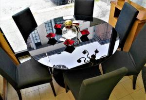 Tavolo Calligaris in vetro temprato nero, diametro 120 cm. con 6 sedie imbottite sfoderabili Calligaris - € 490