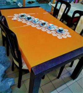 Tavolo con piano vetro arancione, struttura wengé 150 x 90 allungabile fino a 250 cm. come nuovo - € 399.90